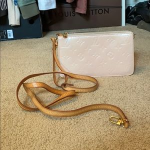Great condition can be cross body or wristlet !